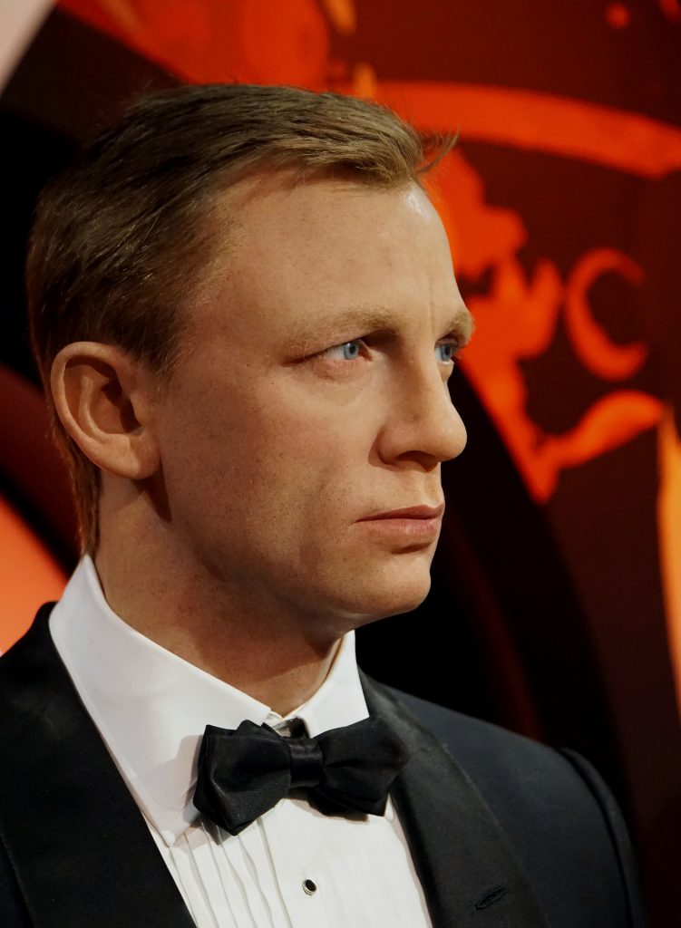 James Bond trägt das perfekte Casino Outfit